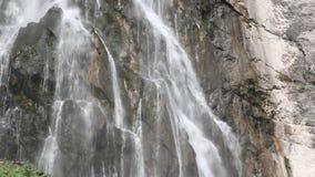 Водопад в горах акции видеоматериалы