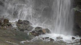Водопад в горах Georgia Вода пропуская над утесами около Тбилиси видеоматериал