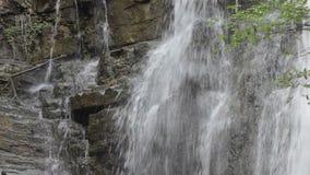 Водопад в горах Georgia Вода пропуская над утесами около Тбилиси сток-видео