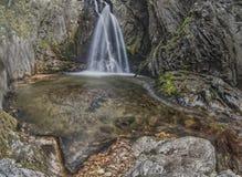 водопад в горе стоковые изображения