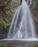 водопад в горе стоковое изображение rf