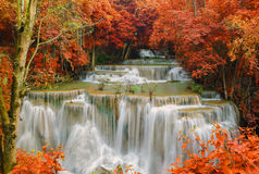 Водопад в глубоких джунглях дождевого леса (водопад Huay Mae Kamin) Стоковое Изображение