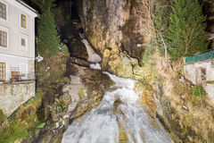 Водопад в курортном городе плохом Gastein лыжи, Австрии стоковое изображение rf