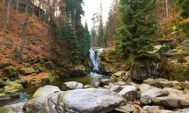 Водопад в осени, национальный парк Szklarka Karkonoski, горы Karkonosze Стоковые Изображения RF