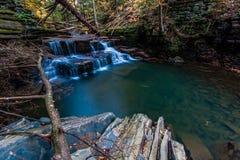Водопад в осени на малом потоке около Ithaca, NY Стоковое фото RF