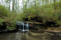 Водопад в парке штата утеса таблицы стоковое изображение rf