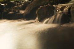 Водопад в потоке малой страны выдержка длиной Стоковое Изображение