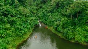 Водопад в середине взгляда глаза птицы леса, трутень Стоковые Фото
