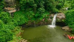 Водопад в середине взгляда глаза птицы леса, трутень Стоковые Изображения