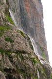 Водопад в утесистых горах Стоковое Изображение RF