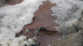 Водопад в холоде зимы с льдом и снегом сток-видео