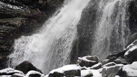 Водопад в холоде зимы с льдом и снегом акции видеоматериалы