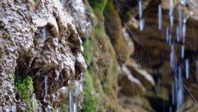 Водопад горы, заводь, река, поток, - предпосылка пропуская проточной воды, вода брызгает над камнями в солнечном свете, падениями видеоматериал