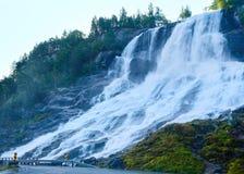 Водопад лета на наклоне горы (Норвегия) Стоковое Изображение