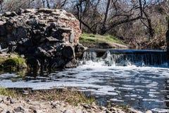 Водопад и ландшафт леса старой запруды полета Стоковое Фото
