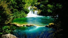 Водопад и живописное озеро на национальном парке KRKA, Хорватии Стоковое Фото