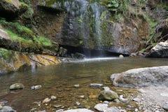 Водопад и отмелое озеро с утесами Стоковое Изображение RF