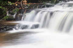 Водопад и утесы покрытые с мхом Стоковое фото RF