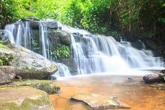 Водопад и утесы покрытые с мхом Стоковое Изображение RF