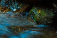 Водопад и утесы с лист в темных низких ключе и долгой выдержке Стоковое Изображение