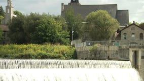 Водопад и церков Североамериканское река Ландшафт акции видеоматериалы