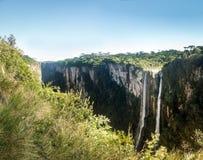 Водопад каньона Itaimbezinho на национальном парке Aparados da Serra - Cambara делает Sul, Rio Grande do Sul, Бразилию стоковая фотография