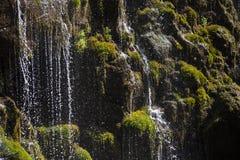 Водопад каскадируя над утесами Стоковая Фотография