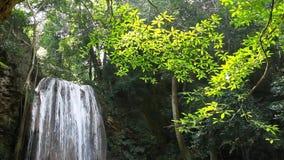 Водопад красивый (erawan водопад) в провинции kanchanaburi видеоматериал