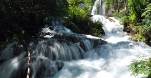 Водопад на горах в родинке Jiuzhaigou Valley Стоковые Фото