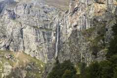 Водопад на горе стоковое изображение rf