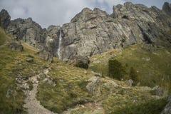 Водопад на горе стоковая фотография rf