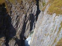 Водопад на заводи горы в глубоком ущелье Стоковое Фото