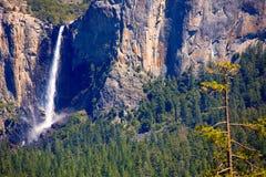 Водопад падения Yosemite Bridalveil на национальном парке Стоковые Изображения RF