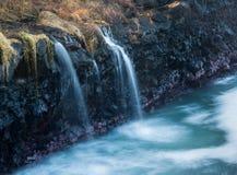 Водопад пропускает в море на ванне Кауаи ферзей Стоковая Фотография RF