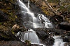 Водопад среди утесов Стоковая Фотография RF