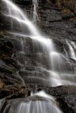 Водопад среди утесов Стоковое Фото
