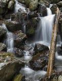Водопад среди утесов Стоковое Изображение