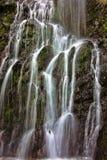 Водопад среди утесов Стоковые Изображения