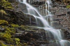 Водопад среди утесов Стоковое Изображение RF