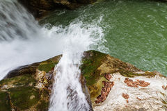 Водопад с горами в стране Шри-Ланка Стоковые Фотографии RF