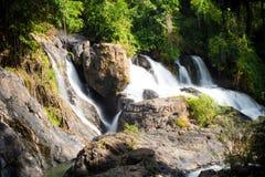 Водопад с горами в стране Шри-Ланка Стоковое Изображение