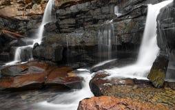 Водопад, утесы и чистая вода реки горы Стоковые Изображения