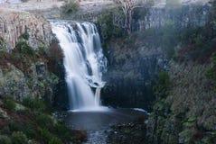 Водопад через утесы Стоковые Фото