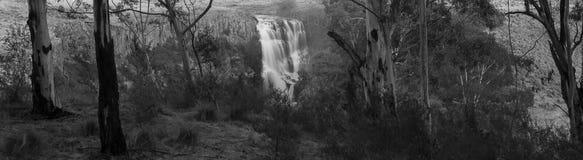 Водопад через утесы Стоковое Фото