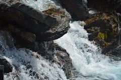 Водопады заводи путать в национальном парке яшмы, Альберте, Канаде Стоковое Изображение RF