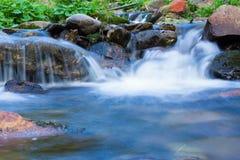 Водопады на реке в гигантских горах Стоковое Фото
