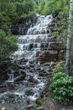 Водопады утесистой горы стоковые изображения