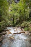 Водопады через утесы большие каскадируют вниз Стоковые Изображения