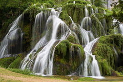 Водопады baume-Les-Messieurs - Юра - Франция стоковые фото