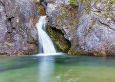 Водопады Ourlia около деревни Dion, горы Olympus, Греции стоковое изображение